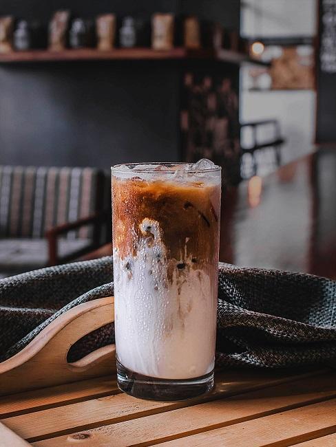Cold Brew Kaffe im Glas auf einem Tablett