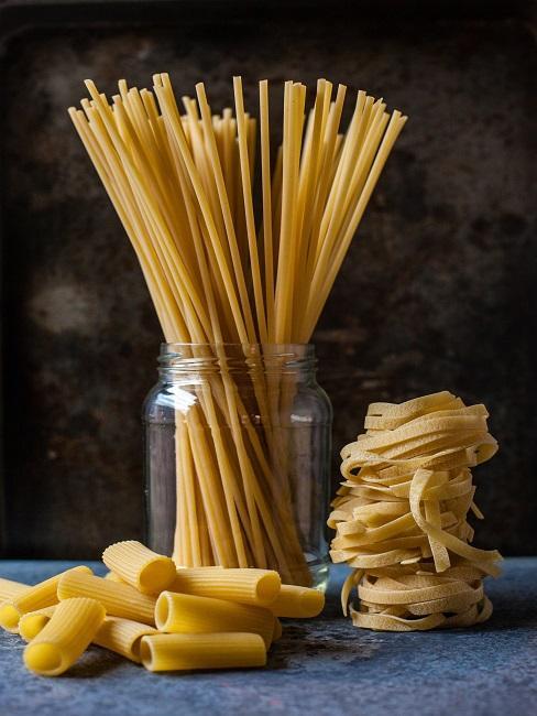Pasta im Vorratsglas vor einem dunklen Hintergrund