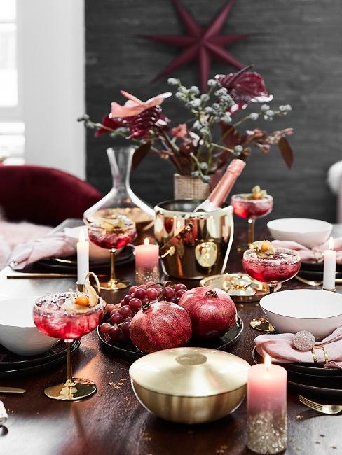 Gedeckter Esstisch mit Cocktailgläsern und Party-Deko