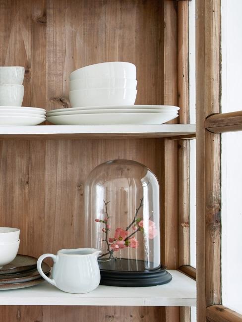 Glasglocke im Küchenschrank mit Blumen-Deko