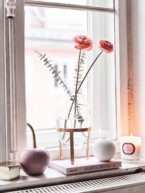 Rosa Deko Kirsche auf Fensterbank