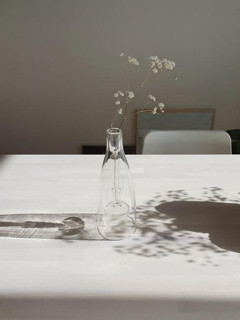 Schleierkraut Deko in schlichter Glasvase auf dem Tisch