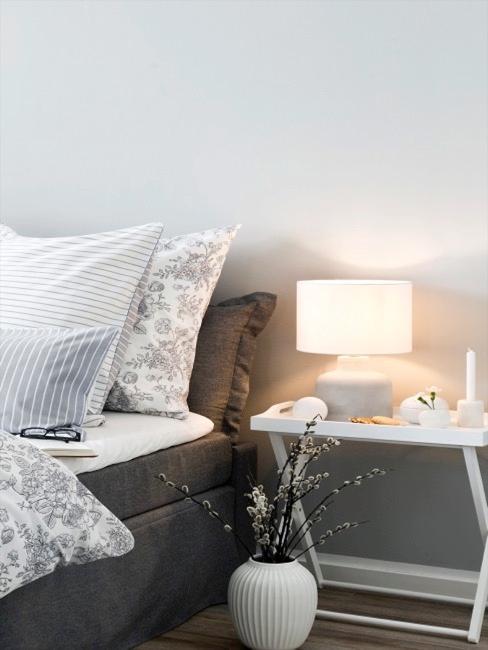 Table pliante comme table de nuit à côté du lit