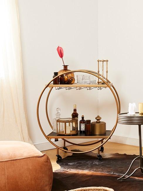 Servierwagen im Männerzimmer in Gold mit Gläsern und Drinks