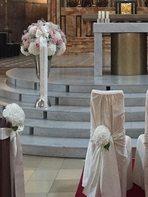 Bloemendecoratie in de kerk