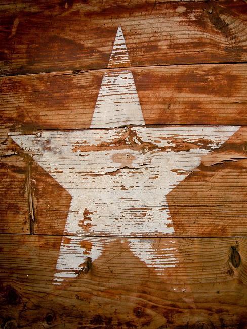 Großer weißer Stern auf einer Holzwand