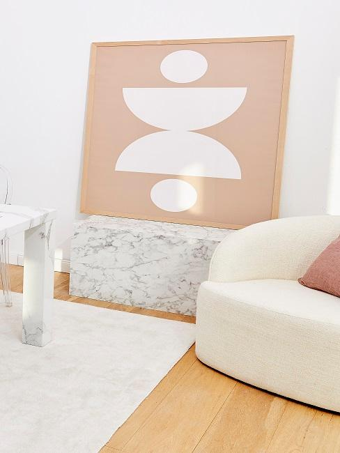 Bild mit geometrischem Muster auf einem Beistelltisch im Wohnbereich.
