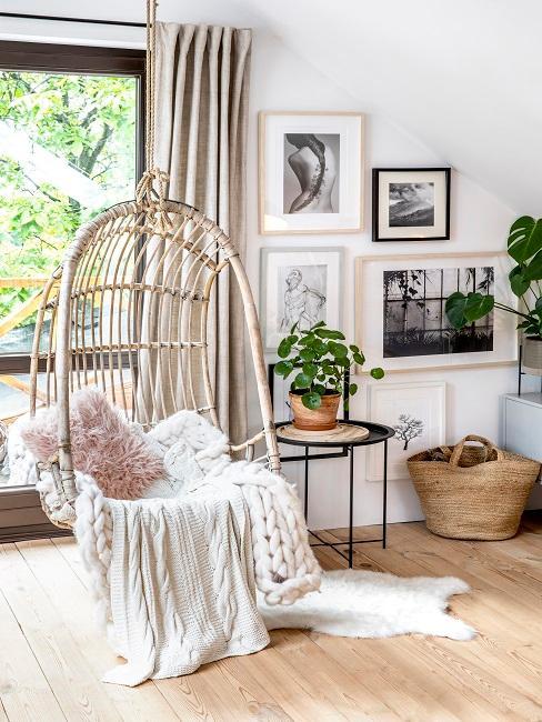 Gemütliches Wohnzimmer mit individuellen Fotos und Bildern an der Wohnwand im Wohnraum.