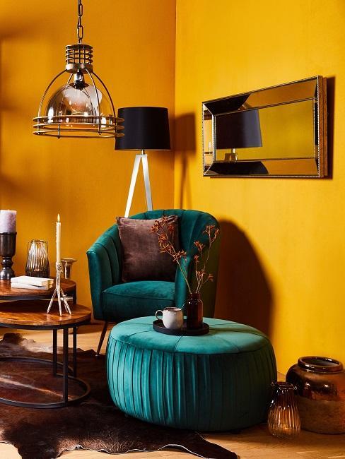 Samt Sessel und Samt Hocker in Grün mit Holz-Beistelltisch auf einem Kuhfell, dahinter gelbe Wände