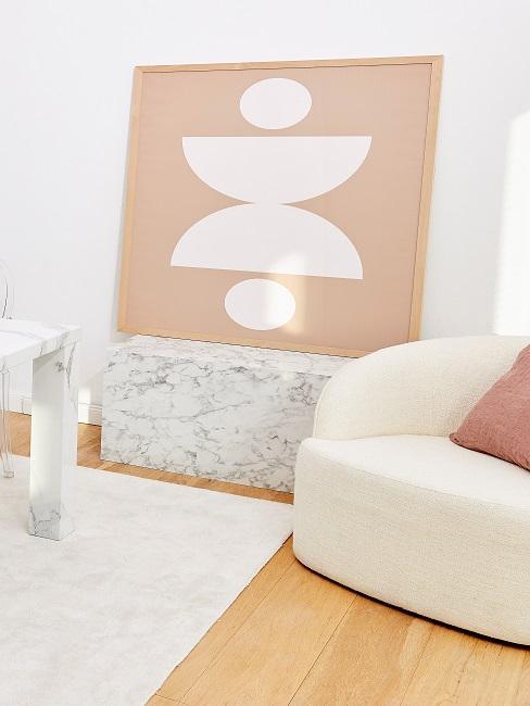 Ein Bild mit geometrischem Muster steht auf einer weißen Marmorkonsole.