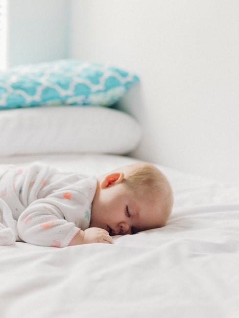 Schlafendes Baby auf einem Bett
