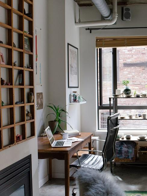 Holz Schreibtisch in einer kleinen Nische nahe einem großen Fenster als Arbeitsplatz