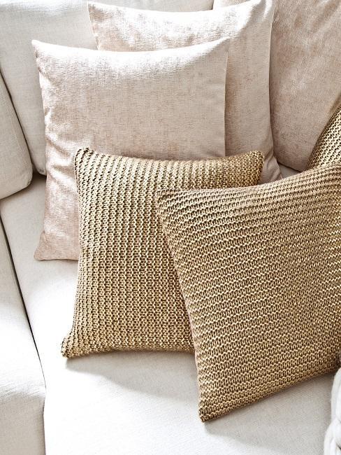 Helles Sofa mit Kissen in Beige und Gold
