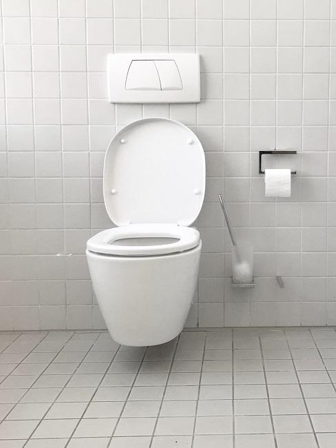 Toilette vor grauen Fliesen