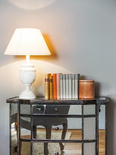 Verspiegelte Möbel Kommode mit Lampe und Büchern