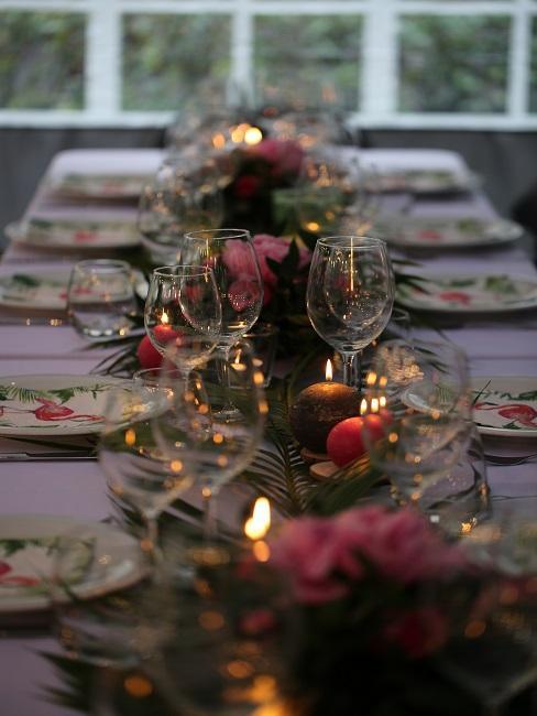 Lange Tischtafel mit einer tropischen Silvester Tischdeko und vielen Kerzen