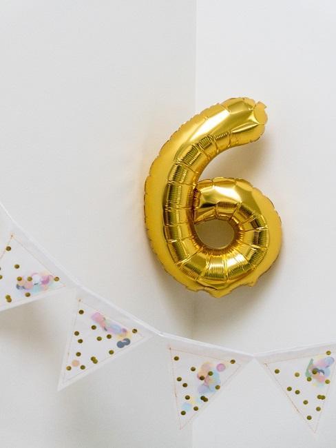 Wimpelkette in weiß mit Punkten und goldener Ballon in der Zahl 6