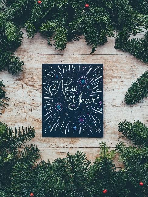 New Year Karte in Schwarz auf einem Holztisch