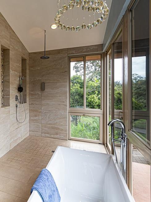 Ein schönes Luxus Badezimmer mit einer großen Badewanne und einer bodentiefen Dusche.