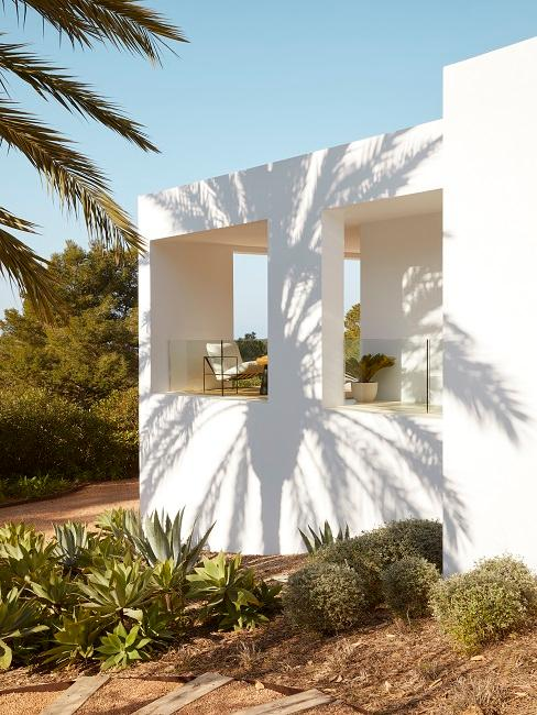 Ibiza Style weißes Haus mit Pflanzen