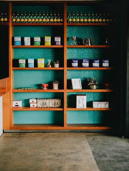 Speisekammer einrichten Holzregal mit Lebensmitteln