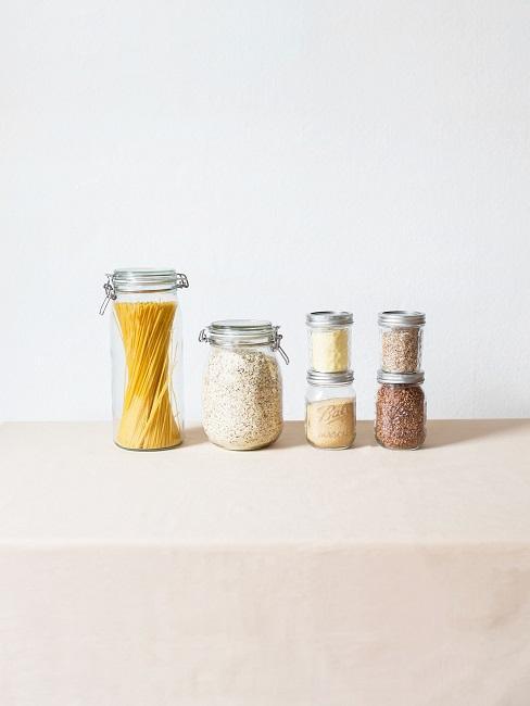 Speisekammer einrichten Glasbehälter mit Lebensmitteln