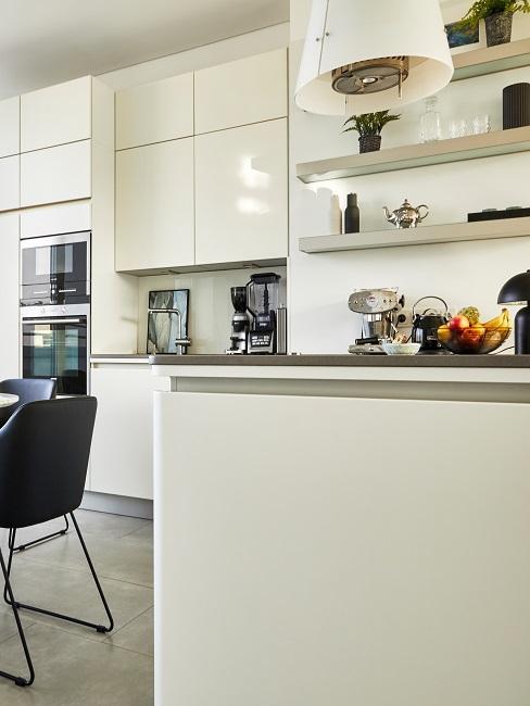 Moderne weiße Küche mit Regalen