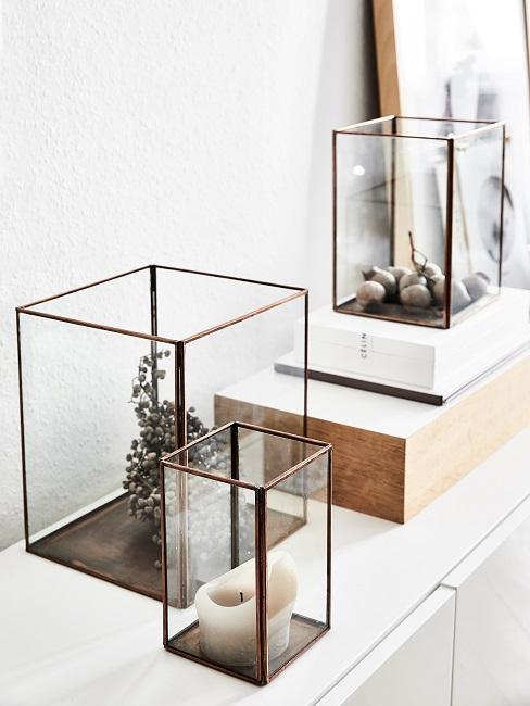 Feng Shui Wohnzimmer Deko mit Kerze und Pflanzen unter Glasbox