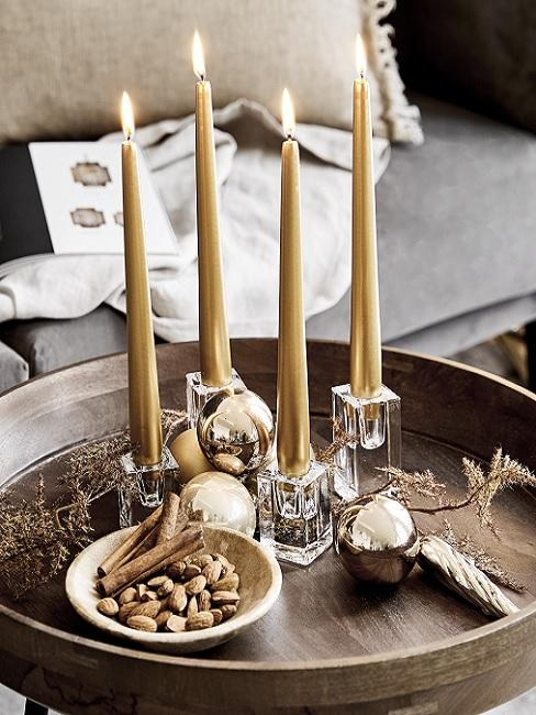 Herbstschale dekorieren Winter mit goldenen Kerzen und Kugeln