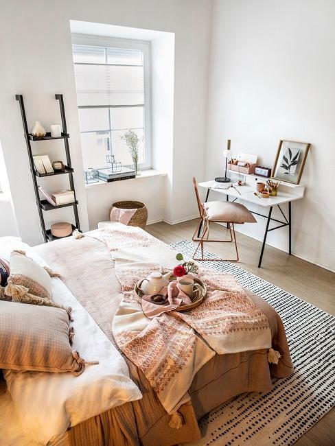 Kleines Schlafzimmer mit einer gemütlichen Einrichtung.