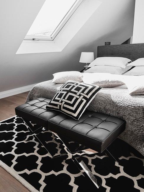 Kleines Schlafzimmer mit einer Einrichtung in den Farben Schwarz und Weiß.
