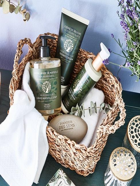 Kleiner Korb mit Handtüchern, Seife und weiterer Kosmetik