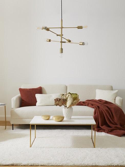 Sofa in weiß mit weißen und roten Kissen und roter Decke