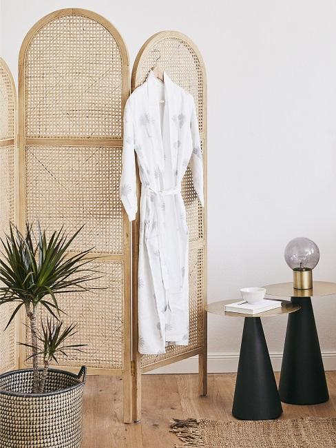 Pflegeleichte Zimmerpflanzen Drachenbaum neben Raumteiler aus Bast
