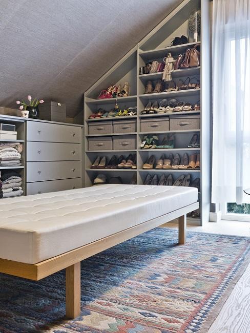 Begehbarer Kleiderschrank in der Dachschräge mit Regalen, Kommodoe und Sitzbank