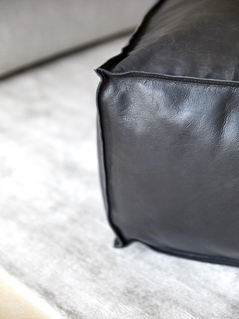 Lederarten schwarzer Pouf aus Glattleder