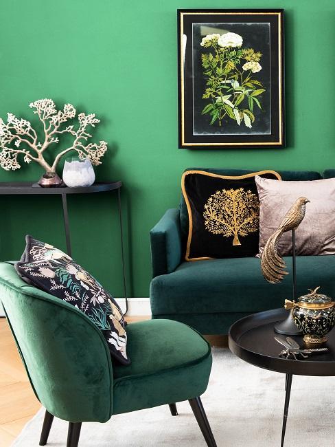 Wohnzimmer mit grünen Möbeln vor grüner Wand