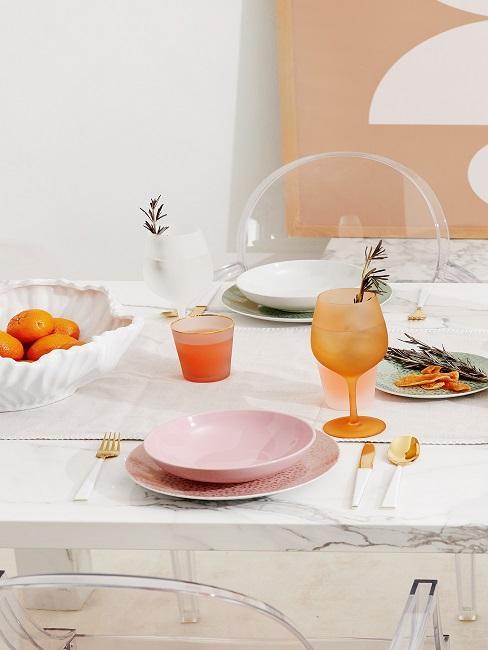 Tischgedeck in frühlingshaften Farben