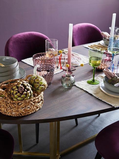Gedeckter Esstisch in einem Lila Esszimmer