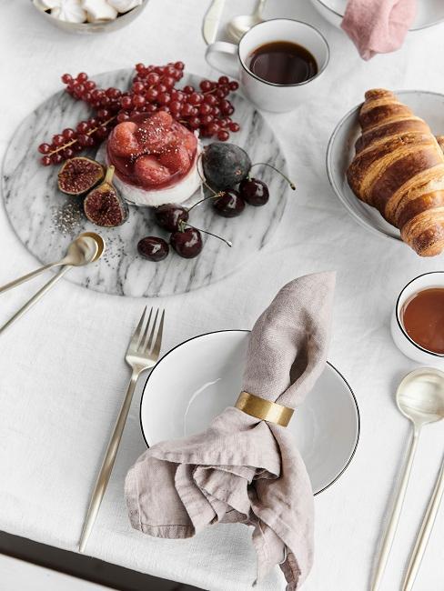 Gedeckter Esstisch mit Dessert
