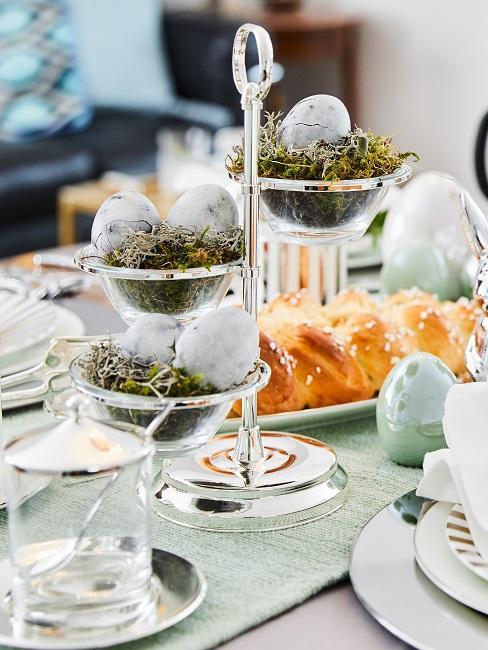 Etagere auf dem Esstisch mit Eiern gefüllt