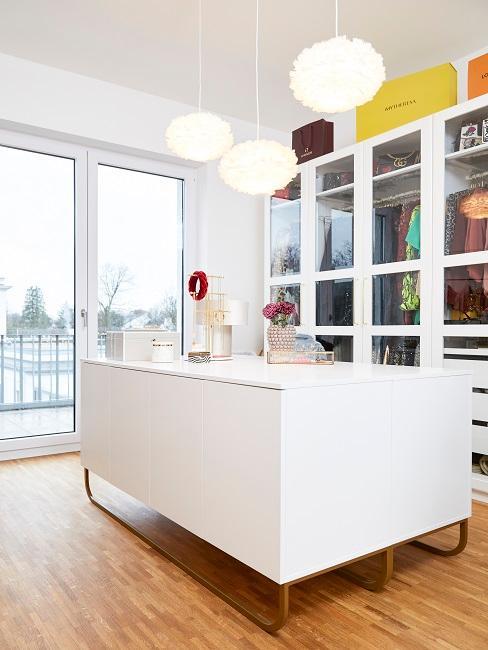 Das Ankleidezimmer von Novalanalove mit großem Schrank an der Wand und Sideboards in der Raummitte