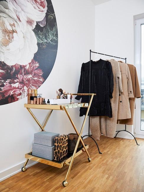 Das Ankleidezimmer von Novalanalove mit Servierwagen für Beautyartikel und einem Garderobenständer für Mäntel ein einer Ecke