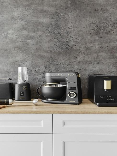 Küchen Design Ideen Küchengeräte in schwarz vor grauer Wand