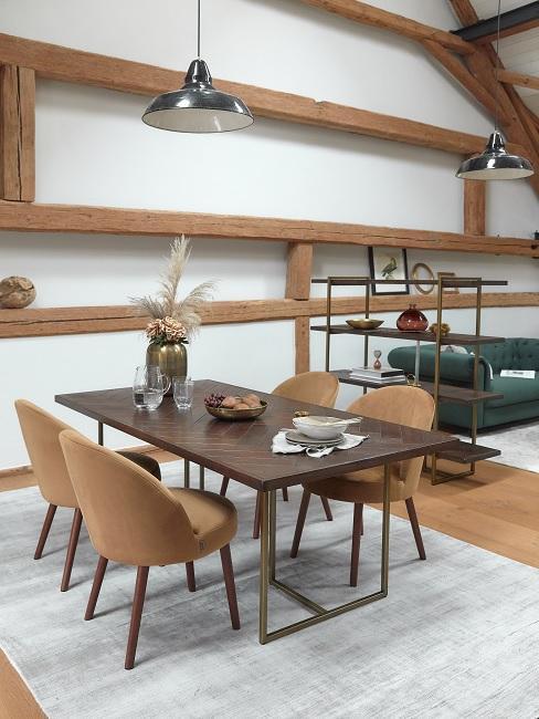 Designer Esszimmer mit Holztisch, braunen Stühöen und Holzverkleidung an der Wand