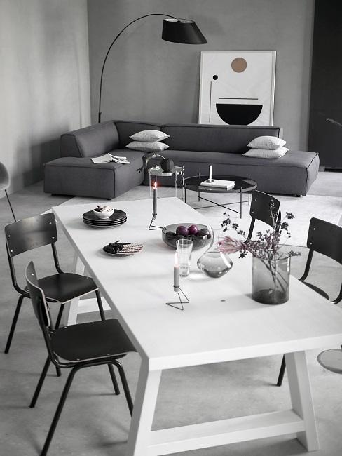 Designer Esszimmer weißer Esstisch mit schwarzen Stühlen in grauem Wohn-Esszimmer