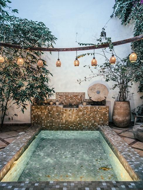 Design Garten mit Pool und Lichterkette