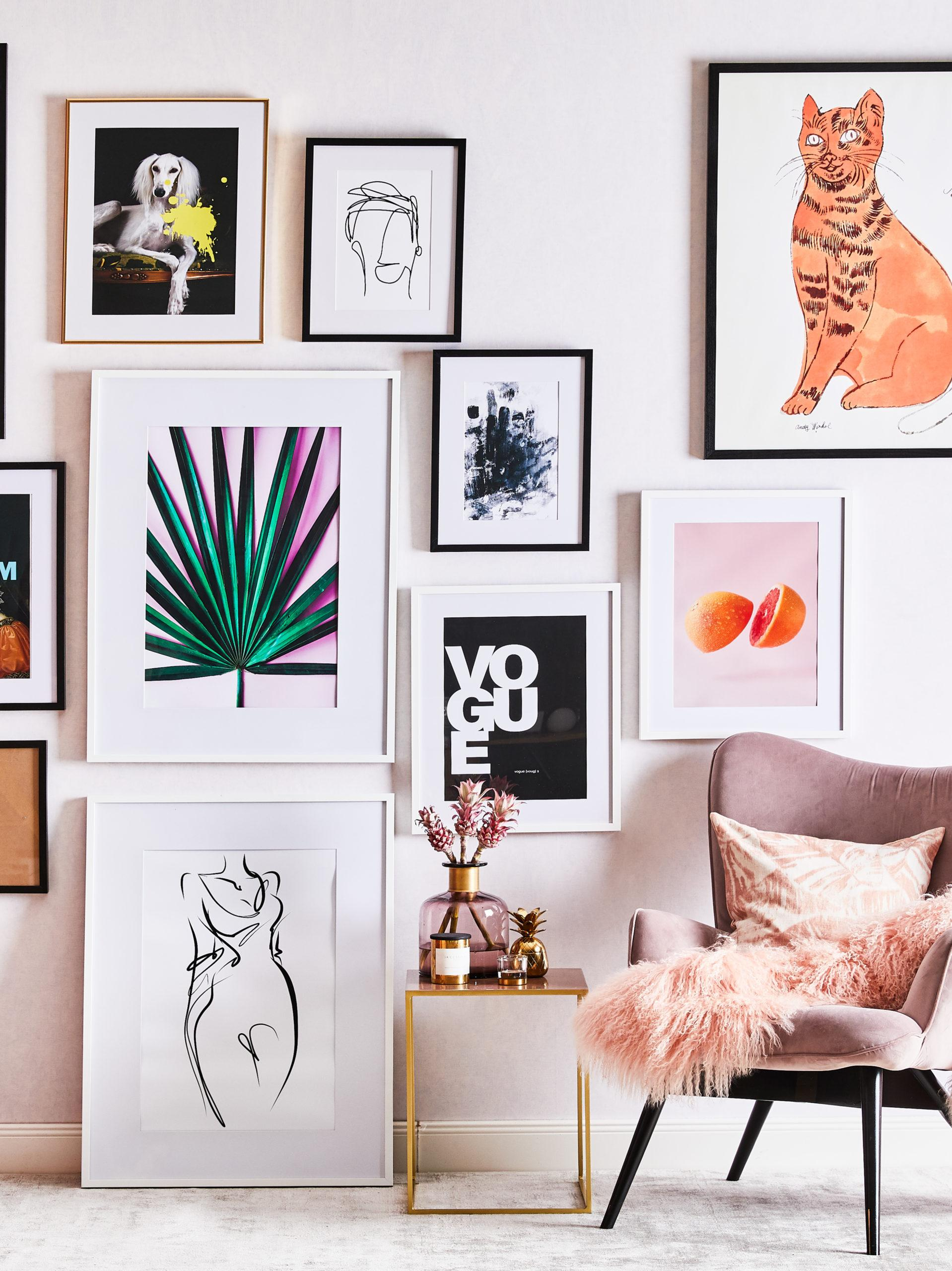 Schöne Wand mit vielen Bildern gerahmt und ungerahmt.