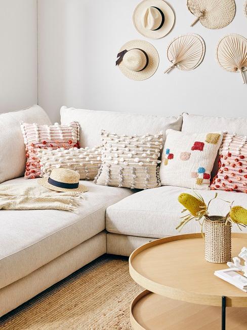 Boho Style Kissen in weiß mit bunten Musterungen auf weißen Sofa