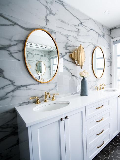 Designer Badezimmer mit Marmorwand und Spiegeln aus Gold